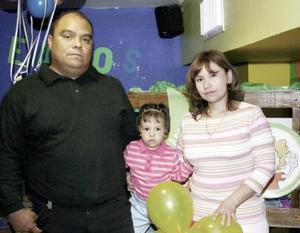 <b>16 de febrero de 2005</b> <p> Melani Villarreal Pineda acompañada por sus papás Victor Manuel Villarreal Félix y María Pineda García.