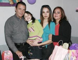 La pequeña Frida Prado Ramón en su cumpleaños con su familia.