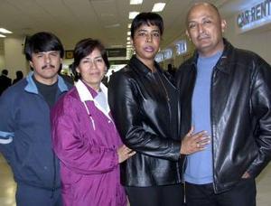 Conny Solarte y Juan Vitela viajaron a Atlanta y fueron despedidos por Jaime y Oralia Vitela.