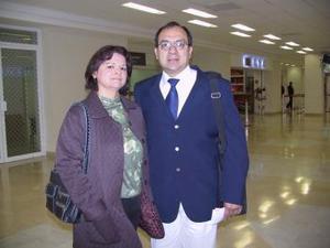 <b>16 de febrero de 2005</b> <p> Roberto Aragón Rodríguez y Patricia Díaz de Aragón captados en el aeropuerto.