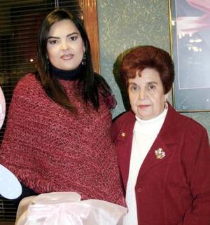 <b>16 de febrero de 2005</b> <p>  María Eugenia Meléndez de Ramos acompañada por María Boone de Meléndez, quein le ofreció una fiesta de canastilla por el próximo nacimiento de su primer bebé.