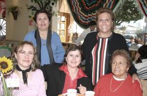 Con su girasol a lado aparece Claudia Guerrero, la acompañan su mamá Cramelita de Guerrero y hermanas.