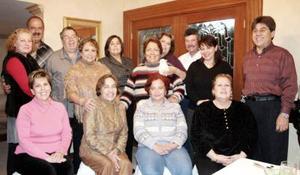 Grupo de amigos reunidos en la residencia de Conchis Montemayor en El Campestre de Gómez para festejar el Día del Amor y la Amistad.
