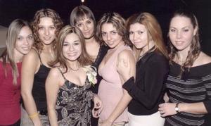 La futura novia acompañada por Mayela, Daniela García, Susana Villanueva, Abril Cárdenas, Bertha Ortega y Sabrina de  la Fuente.