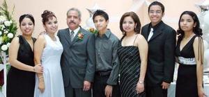 Los señores Jorge A. Parrilla Ruiz e Hilda Santacruz Polendo, acompañados por sus hijos, familiares y numerosas amistades.