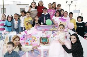 Alicia Estela acompañada  por varios asistentes a su fiesta de cumpleaños.