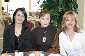 <I>DESFILE DE MODAS EN LOS AZULEJOS</I> <P>Tete de Martínez, Sofi de González y Bety de Martínez