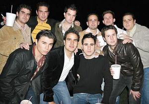 Los festejados rodeados de sus amigos
