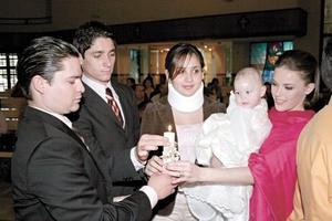 <I>BAUTIZO</I> <P>Carlota Canedo Torres acompañada de sus papás Erick Canedo y Sofía Torres de Canedo, así como sus padrinos Bernardo Muñoz y Lorella Franco
