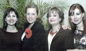 <b>18 de febrero de 2005</b> <p> Malena Zúñiga Mijares junto a su mamá Isabel Mijares de Zúñiga y sus hermanas Mónica Zúñiga de Gallegos y Karla Zúñiga Mijares, en el festejo pre nupcial que le organizaron hace unos días.