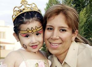 La pequeña Alicia Estela acompañada por su madrina Valeria Villegas, en su fiesta de cumpleaños.