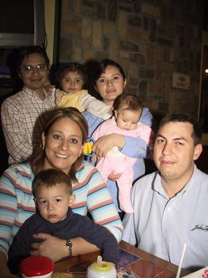 Walter Contreras, Claudia de Contreras, Walter Contreras Jr., Manuel Vaquero, Areli de Vaquero, Ana Paola y Victoria Vaquero en pasado festejo.