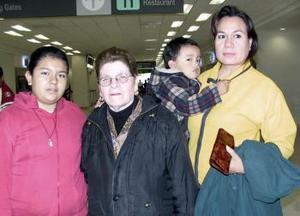 Gregoria Ávila viajó a Tijuana y fue despedida por María Ochoa, Adriana Ochoa y Alexis Infante