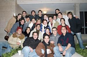 Grupo de amigos de Osvaldo Gómez en su despedida
