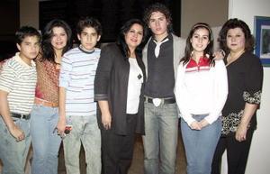 <b>18 de febrero de 2005</b> <p>  Sebastián Hernández, Laura Velázquez, Luis Nevares, Sara Velázquez, Martín Nevares, Nelly Blackaller y Marilú Velázquez.