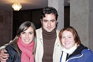 <I>DESPEDIDA DE OSVALDO GÓMEZ</I><P>Cristina Abularach, Ale Jaime Fayad y Corina Dávila Linaje