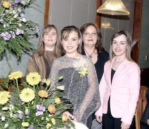 Sandra Rivas Kuster acompañada por su mamá y sus hermanas.