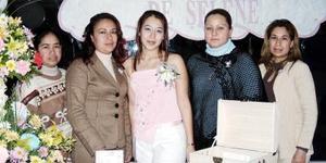 <b>19 de febrero de 2005</b> <p> Selene Loza Zavala en compañía de las organizadoras de su fiesta de despedida de soltera que le organizaron en días pasados.