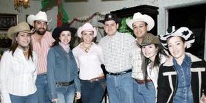 Claudia Rodríguez Venegas acompañada por un grupo de amigos en la despedida de soltera qie le ofrecieron