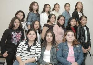 Reyna PRiscila García Villanueva acompañada por un grupo de amigos en la fiesta que le organizó su mamá.
