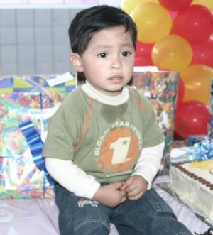 Patricio Soria Castrejón recibió numerosos regalos en la fiesta que le organizaron.