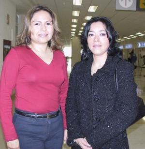 Ana Silvia del Castillo viajó a México y fue despedida por Lorena Zamora.