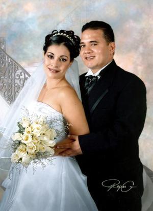 Sr. José Alberto Loera Carrillo  y Srita. Olivia López Rodríguez, en una fotografía de estudio con  motivo de su enlace nupcial. <p> <i>Estudio : Reyes G</i>