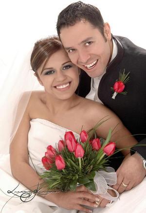 Sr. Ramsés Moreno Muñoz y Sirta. Lucero Díaz Corral contrajeron matrimonio religioso en la parroquia de San José de Ciudad Lerdo el jueves 23 de  diciembre de 2004. <p> <i>Estudio : Lucero Kanno</i>