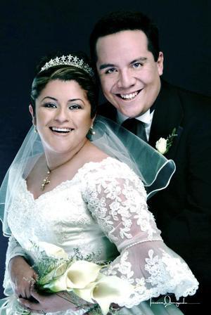 Ing. Ricardo Natanahel Sánchez Galván y C.P. Dolores María Mejía Contreras recibieron la bendición nupcial en la parroquia de San Pedro Apóstol, el viernes ocho de octubre de 2004.