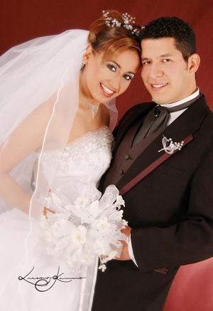 Ing. Miguel Ángel  Ramos Medellín y C.P. Rocío del Carmen Frausto González contrajeron matrimonio  religioso en el Santuario de Cristo Rey, el 23 de diciembre de 2004. <p> <i>Estudio : Lucero Kanno</i>