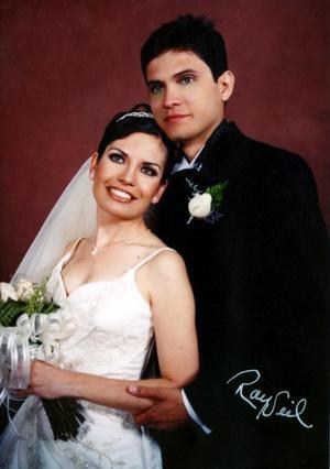 Ing. Epifanio Gómez Villarreal e Ing. María Olivia  Fernández Medinaveitia contrajeron matrimonio  religioso en la iglesia de la Divina Providencia, el sábado dos de octubre de 2004. <p> <i>Estudio : Ray Sail</i>