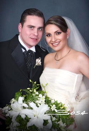 Lic Jorge Luis de Anda Miranda y Srita Silvia Decine Leal Romo recibieron la bendición nupcial en la parroquia  Los Ángeles, el sábado cuatro de diciembre de 2004. <p> <i>Estudio : Sosa</i>