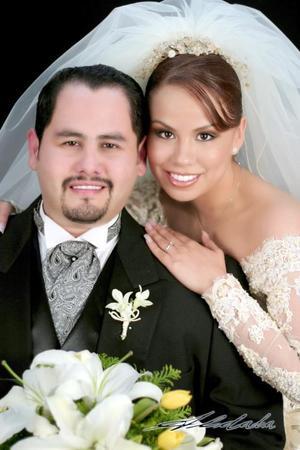 Lic. Cesar Alberto de Santiago Tallabas y Srita. Irma Paola Ramírez Canales recibieron la bendición nupcial en la capilla de casa de Oración, este viernes 17 de diciembre de 2004.  <p> <i>Estudio : Aldaba</i>