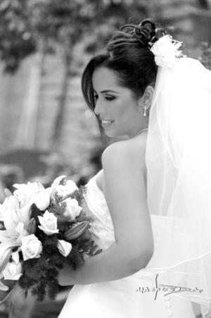 Lic. Sandra Ramírez Tovar unió su vida en ceremonia religiosa a la del Lic. Javier Ángel Guzmán Meléndez. <p> <i>Estudio : Maqueda</i>