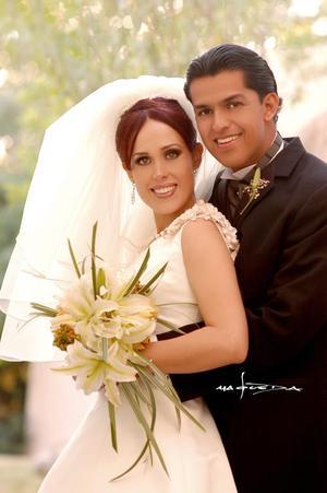 Sr. Daniel Ruvalcaba  Ochoa y Srita. Mariana Perla González López recibieron  la bendición en la parroquia Los Ángeles, el sábado  18 de diciembre de 2004.  <p> <i>Estudio : Maqueda</i>