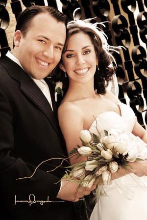 Sr. José Enrique López y Srita. Ana Sofía Urquizo Leal se casaron el pasado 15 de enero de 2005 en la parroquia de Los Ángeles. <p> <i>Estudio : Laura Grageda</i>