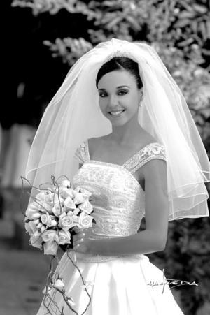 Srita. María  Isabel Garza Coss, el dìa de su boda con el Sr. Roque Javier Márquez  Santelices. <p> <i>Estudio : Maqueda</i>