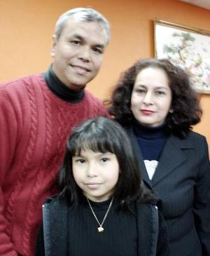 Miguel Chong León y Beatriz de Chong con su hija Lili Chong Alcalá.
