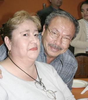 Ricardo Wong y Estela de Wong.