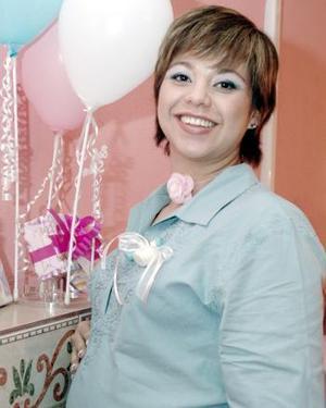 Irma Esparza Gómez captada en la fiesta de canastilla que le ofrecieron, hace unos días.
