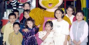 Evelyn Jocelyn González Acebedo acompañada por un grupo de amiguitos.