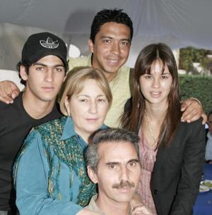 Juan Antonio Murra junto a su esposa Cony de Murra y sus hijos Lorena y Antonio Murra, y Salvador Mariscal.