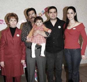 Daniela en compañía de sus abuelos Arturo Luján y Graciela Reyes de Luján y sus tíos Liliana Zataráin y Daniel Luján
