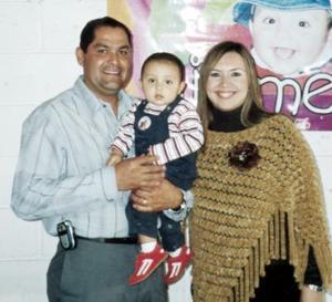 El pequeño Jaime Villalobos Villanueva acompañado por sus padres.