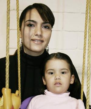 Anna Reed de Leal con su hijita Ana María Leal Reed, en reciente convivio.