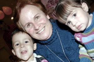 Elena Grageda de Beltrán del Río con sus nietos Juan Carlos y Fernanda en reciente convivio social.