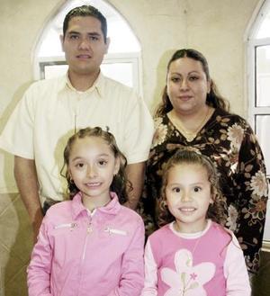 Jéssica y Jaqueline Juárez Herreracumplieron siete y cinco años de vida, aquí junto a sus papás Ezequiel  Juárez y Norme Herrera .