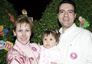 Joaquín Guerra Achem y Mónica Grageda de Guerra con su hijita Regina Guerra Grageda