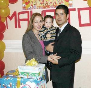 Mauro Antonio Solís Zúñiga acompañado por sus papás Mauro Solís y Dalia Vanessa Zúñiga de Solís