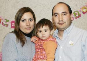 Daniela en compañía de sus papás, Santiago Luviano y Claudia de Luviano